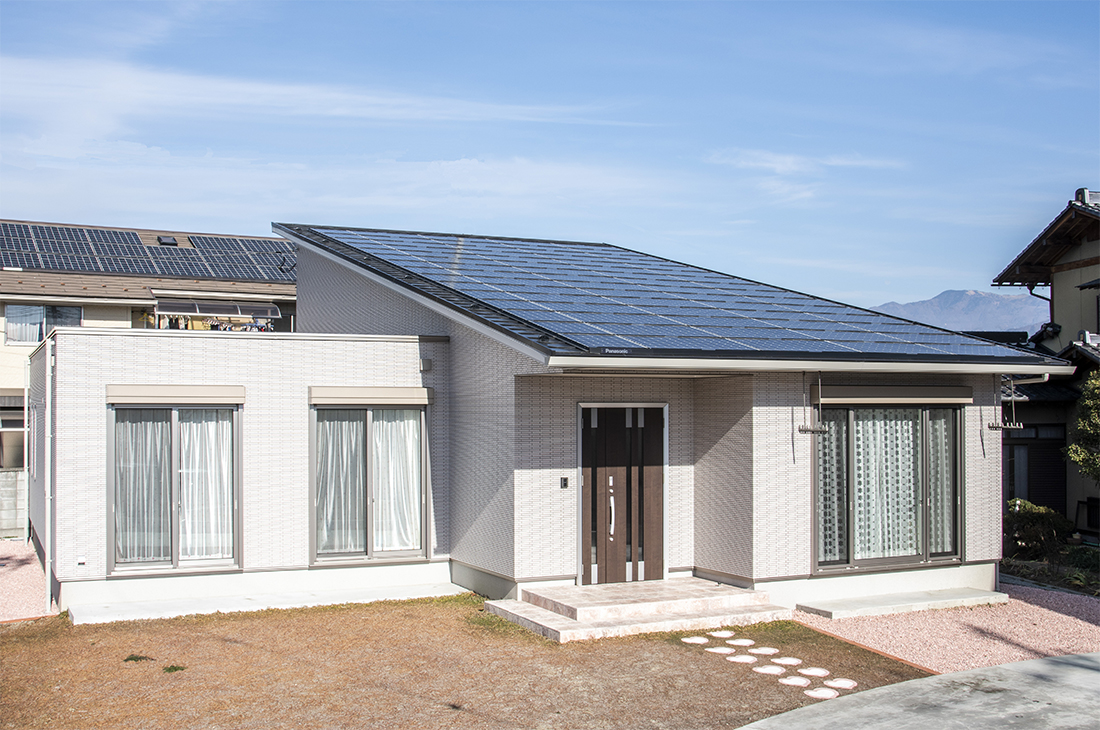 モダンな外観が目を引く 大容量太陽光発電の家
